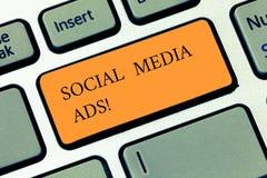 Κείμενο γραφής που γράφει τις κοινωνικές αγγελίες MEDIA Έννοια που σημαίνει τη on-line διαφήμιση που εστιάζει στις κοινωνικές υπη στοκ φωτογραφία με δικαίωμα ελεύθερης χρήσης