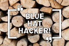 Κείμενο γραφής που γράφει τον μπλε χάκερ καπέλων Έννοια που σημαίνει τις συμβουλευτικές εταιρείες προσώπων που παρακολουθούν το σ στοκ εικόνες