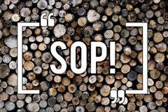 Κείμενο Sop γραψίματος λέξης Η επιχειρησιακή έννοια για την τυποποιημένη λειτουργική διαδικασία κυβερνά τον ξύλινο τρύγο υποβάθρο στοκ εικόνες