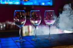 Κενά γυαλιά κρασιού στη σειρά στο φραγμό ή το εστιατόριο στοκ φωτογραφία