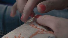 Κεντημένος δάχτυλα σταυρός κοριτσιών απόθεμα βίντεο