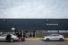 Κεντρικό κτίριο του σταθμού λεωφορείων της Οττάβας με το greyhound λογότυπο και την αναμονή taxis στοκ εικόνα