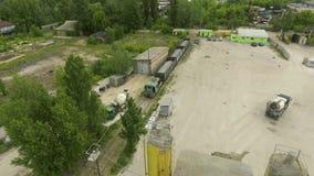 Κεραία του τραίνου φορτίου που φέρνει τα βιομηχανικά ερείπια στο παλαιό συγκεκριμένο εργοστάσιο απόθεμα βίντεο
