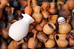 Κεραμικές κανάτες, βάζα, κούπες, διαφορετικά μορφές και μεγέθη στοκ φωτογραφία