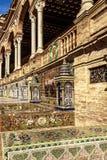 Κεραμωμένες επαρχιακές αλκόβες κατά μήκος των τοίχων της πλατείας της Ισπανίας, πάρκο της Μαρίας Luisa στοκ εικόνες