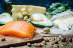 Κετονογενετική διατροφή Χαμηλά παχιά προϊόντα ύψους εξαερωτήρων Υγιή τρόφιμα κατανάλωσης, πρωτεϊνικό λίπος σχεδίων γεύματος υγιής στοκ φωτογραφίες