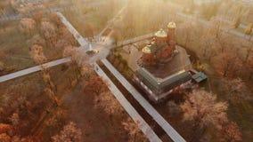 κηφήνας Τοπικός πυροβολισμός του πάρκου με την εκκλησία και το μνημείο και τις αλέες απόθεμα βίντεο