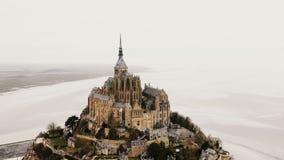 Κηφήνας που πετά αριστερά γύρω από Mont Saint-Michel, τη διάσημη παλιρροιακή πόλη νησιών και το αρχαίο ορόσημο ταξιδιού στη misty απόθεμα βίντεο