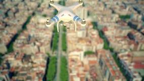 Κηφήνας που πετά επάνω από τους φραγμούς πόλεων απόθεμα βίντεο