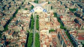 Κηφήνας που πετά επάνω από το διάσημο σχέδιο Ισπανία φραγμών της Βαρκελώνης απόθεμα βίντεο