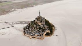 Κηφήνας που πετά δεξιά γύρω από την πόλη φρουρίων νησιών Mont Saint-Michel, διάσημο ιστορικό ορόσημο προορισμού ταξιδιού στη Γαλλ απόθεμα βίντεο