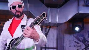Κιθάρα παιχνιδιών ατόμων στο στάδιο Κλείστε αυξημένος απόθεμα βίντεο