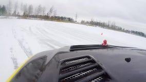 Κινήσεις αυτοκινήτων από την παγωμένη διαδρομή στη χιονισμένη λίμνη στο χειμώνα Σπορ αυτοκίνητο που συναγωνίζεται στη διαδρομή φυ απόθεμα βίντεο