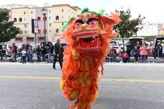 Κινεζικοί δράκοι, το σύμβολο Chi της ενέργειας και καλή τύχη, στη χρυσή παρέλαση δράκων, που γιορτάζει το κινεζικό νέο έτος στοκ εικόνες
