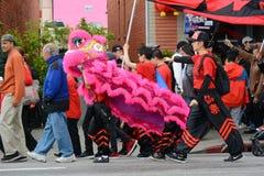 Κινεζικοί δράκοι, το σύμβολο Chi της ενέργειας και καλή τύχη, στη χρυσή παρέλαση δράκων, που γιορτάζει το κινεζικό νέο έτος στοκ φωτογραφίες