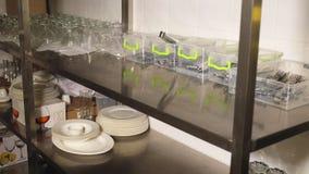 Κινηματογράφηση σε πρώτο πλάνο, αποθήκευση των πιάτων, γυαλικά, γυαλιά, μαχαιροπήρουνα στην κουζίνα του εστιατορίου αυτοεξυπηρετή απόθεμα βίντεο