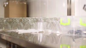 Κινηματογράφηση σε πρώτο πλάνο, αποθήκευση των πιάτων, γυαλικά, γυαλιά, μαχαιροπήρουνα στην κουζίνα του εστιατορίου αυτοεξυπηρετή φιλμ μικρού μήκους