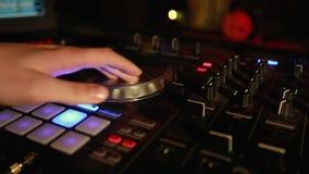 Κινηματογράφηση σε πρώτο πλάνο της παίζοντας μουσικής κομμάτων του DJ στο σύγχρονο usb CD στη λέσχη disco απόθεμα βίντεο