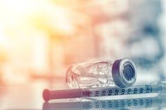 Κινηματογράφηση σε πρώτο πλάνο του φιαλιδίου ή της γρίπης ιατρικής, μπουκάλι εμβολίων ιλαράς με τη σύριγγα και βελόνα για την ανο στοκ εικόνα με δικαίωμα ελεύθερης χρήσης