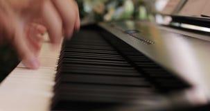 Κινηματογράφηση σε πρώτο πλάνο των αρσενικών χεριών που παίζουν το πιάνο φιλμ μικρού μήκους