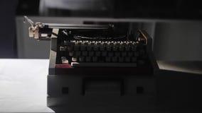 Κινηματογράφηση σε πρώτο πλάνο των παλαιών μηχανικών κλειδιών γραφομηχανών Ένα αρχαίο αντικείμενο απόθεμα βίντεο