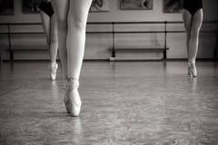 Κινηματογράφηση σε πρώτο πλάνο των ποδιών ballerina στα παπούτσια pointe στην αίθουσα χορού Εκλεκτής ποιότητας φωτογραφία Κινηματ στοκ φωτογραφία με δικαίωμα ελεύθερης χρήσης