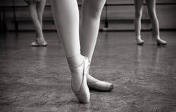 Κινηματογράφηση σε πρώτο πλάνο των ποδιών ballerina στα παπούτσια pointe στην αίθουσα χορού Εκλεκτής ποιότητας φωτογραφία Κινηματ στοκ εικόνες