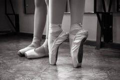 Κινηματογράφηση σε πρώτο πλάνο των ποδιών ballerina στα παπούτσια pointe στην αίθουσα χορού Εκλεκτής ποιότητας φωτογραφία Κινηματ στοκ φωτογραφίες με δικαίωμα ελεύθερης χρήσης