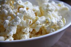 Κινηματογράφηση σε πρώτο πλάνο φρέσκο ψημένο popcorn στο κύπελλο στοκ φωτογραφίες