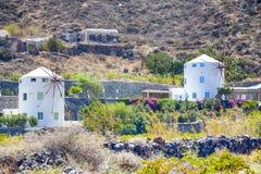 Κλασσικά στρογγυλά ελληνικά σπίτια ανεμόμυλων στο νησί Santorini Caldera στα βουνά στοκ εικόνα με δικαίωμα ελεύθερης χρήσης