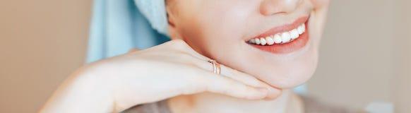 Κλείστε αυξημένος της ευτυχούς ικανοποιημένης γυναίκας που είναι ευτυχούς μετά από τη διαδικασία SPA, έχει το φρέσκο μαλακό υγιές στοκ φωτογραφία με δικαίωμα ελεύθερης χρήσης
