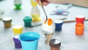 Κλείστε αυξημένος της ζωγραφικής του αυγού Πάσχας απόθεμα βίντεο