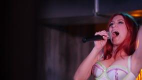 Κλείστε αυξημένος του τραγουδιστή με την κόκκινη τρίχα που χορεύει και που τραγουδά απόθεμα βίντεο