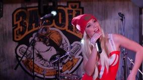 Κλείστε αυξημένος του τραγουδιστή στο κόκκινο τραγούδι καπέλων με τις συγκινήσεις απόθεμα βίντεο