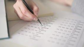 Κλείστε επάνω να συμπληρώσει ένα κενό με τον πολλαπλής επιλογής διαγωνισμό γνώσεων φιλμ μικρού μήκους