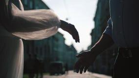 Κλείστε επάνω τα χέρια νεόνυμφων και νυφών countour χέρια σχεδίων ζευγών που κρατούν το γάμο μολυβιών Όμορφη παλαιά οδός πόλεων μ απόθεμα βίντεο