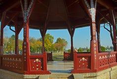 Κλείστε επάνω την άποψη σχετικά με το ανοικτό ξύλινο μπανγκαλόου στο πάρκο στοκ εικόνες
