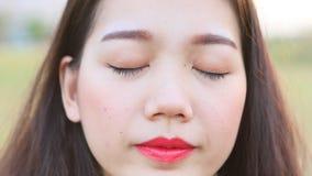 Κλείστε επάνω την ασιατική νεώτερη υγεία ματιών γυναικών απόθεμα βίντεο