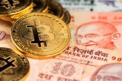 Κλείστε επάνω την εικόνα Bitcoin με τα ινδικά τραπεζογραμμάτια ρουπίων Bitcoin στη ρουπία Cryptocurrency της Ινδίας ενάντια στα χ στοκ εικόνες