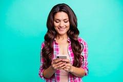Κλείστε επάνω τη φωτογραφία όμορφη ευτυχής αυτή θέση τηλεφωνικών αναγνωστών γυναικείων η έξυπνη τηλεφώνων της νέα σύγχρονη instag στοκ εικόνες με δικαίωμα ελεύθερης χρήσης