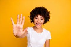 Κλείστε επάνω τη φωτογραφία όμορφη κατάπληκτος αυτή τα σκοτεινά δάχτυλα χεριών γυναικείων όπλων δερμάτων της εξηγεί το υπολογίσιμ στοκ φωτογραφίες με δικαίωμα ελεύθερης χρήσης