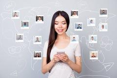 Κλείστε επάνω τον αναγνώστη φωτογραφιών που η κυρία της χτυπά app ηλεκτρονικού ταχυδρομείου χρηστών σχολίου τηλεφωνικό το μερίδιο ελεύθερη απεικόνιση δικαιώματος