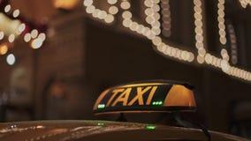 Κλείστε επάνω του κίτρινου αναγνωριστικού σήματος ταξί στην κίτρινη στέγη αυτοκινήτων το χειμώνα απόθεμα βίντεο