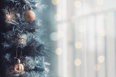 Κλείστε επάνω του χριστουγεννιάτικου δέντρου με ένα φωτεινό υπόβαθρο bokeh στοκ φωτογραφίες