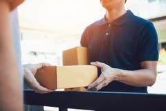 Κλείστε επάνω του προσωπικού φορτίου χεριών παραδίδει τα κουτιά από χαρτόνι με τα δέματα μέσα στο χέρι του παραλήπτη στοκ φωτογραφίες με δικαίωμα ελεύθερης χρήσης