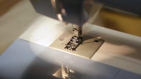 Κλείστε επάνω το μηχανισμό του ποδιού ράβοντας μηχανών με τη βελόνα και το νήμα υλικολογισμικό του Tulle απόθεμα βίντεο