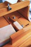 Κλείστε επάνω το τέμνον σπιτικό σαπούνι με έναν ξύλινο κόπτη στοκ φωτογραφία