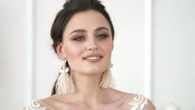 Κλείστε επάνω το πορτρέτο της ελκυστικής γυναίκας που χαμογελά βέβαιο όμορφο brunette φιλμ μικρού μήκους