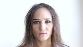 Κλείστε επάνω το πορτρέτο της νέας καυκάσιας γυναίκας σε ένα άσπρο υπόβαθρο Έννοια Skincare κίνηση αργή 3840x2160 απόθεμα βίντεο