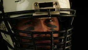 Κλείστε επάνω το πορτρέτο του φορέα αμερικανικού ποδοσφαίρου στο κράνος απόθεμα βίντεο